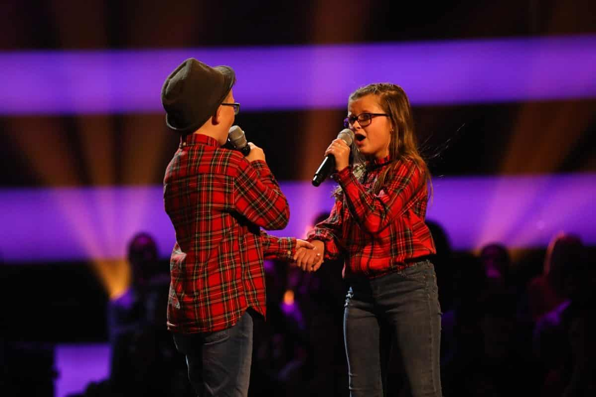 Ave & Alfie perform.
